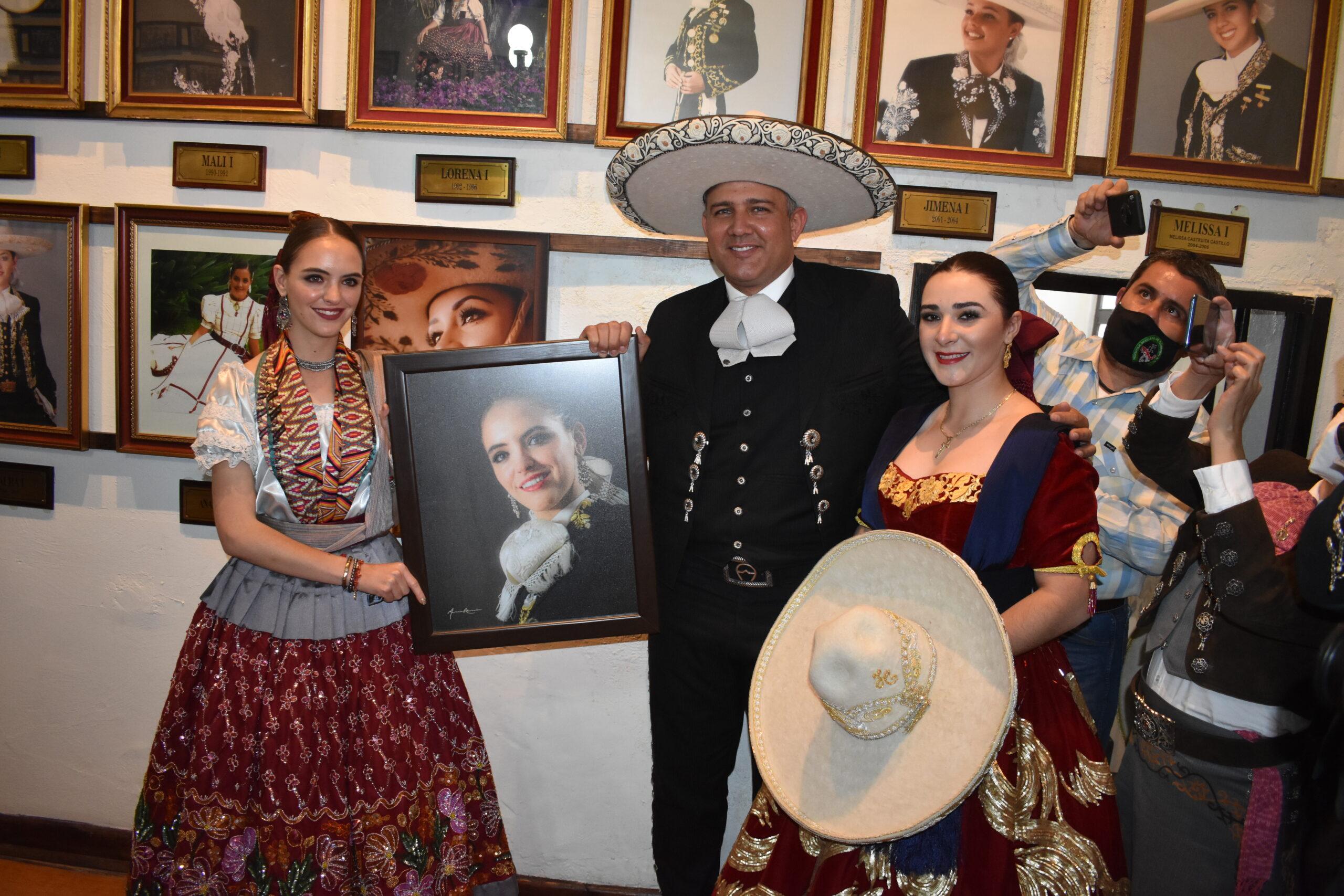 El presidente de la Federación y la siguiente soberana nacional, María Isabel Aceves Aceves, en el acto de colocar el retrato de la actual Reina Nacional, SGM Maria I, en la Galería de Reinas