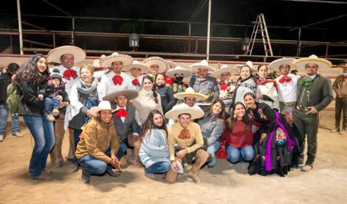 Los charros de Hacienda de la Villa, al ser premiados tras coronarse como campeones nacionales de los EUA 2020