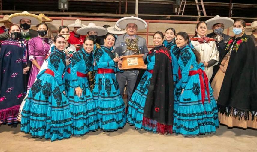 Escaramuza Flor de Gardenia al recibir su trofeo como campeona nacional de la unión americana 2020